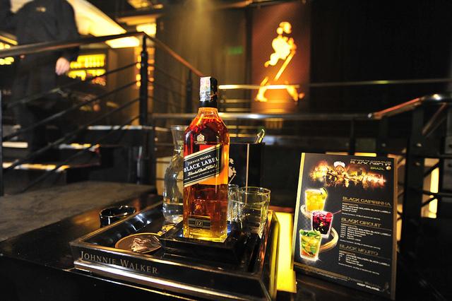 Johnnie- walker- Black- tại-một-quán-Bar