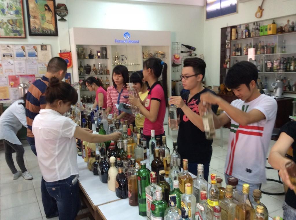 Lớp-Bartender-trong-giờ-thực-hành