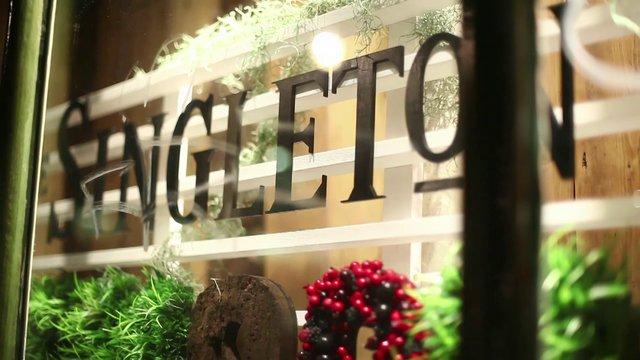một góc cửa hàng giới thiệu về  Singleton